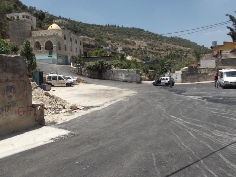 """إعادة تأهيل الطرق الداخلية وإنشاء خط تصريف مياه الأمطار في البلدة القديمة """"الحارة"""""""